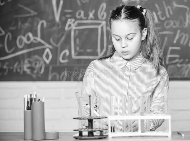Laboratorio della scuola Esperimento astuto della scuola di comportamento dello studente della ragazza Liquidi chimici di studio  fotografie stock libere da diritti