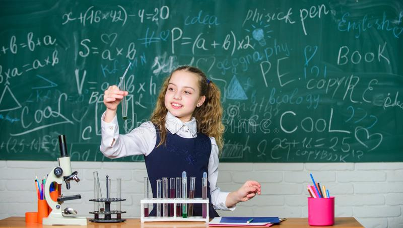 Laboratorio futuro de School del microbi?logo Experimento elegante de la escuela de la conducta del estudiante de la muchacha Sus fotos de archivo libres de regalías