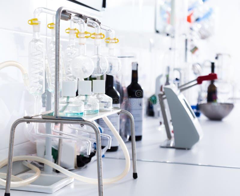 Laboratorio moderno del lagar Comprobación de la acidez del vino y del organo imagen de archivo libre de regalías