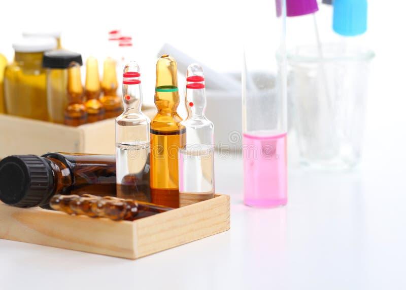 Laboratorio, tubos de ensayo y ampollas imágenes de archivo libres de regalías