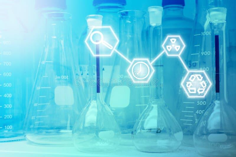 Laboratorium badanie - Naukowy Glassware lub zlewki z Scien fotografia royalty free