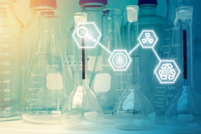 Laboratorium badanie - Naukowy Glassware lub zlewki z Scien zdjęcie stock