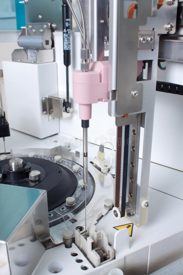 Laboratorium dat apparatuur analyseert stock fotografie