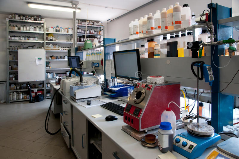 Laboratorium för chemical analys royaltyfria bilder