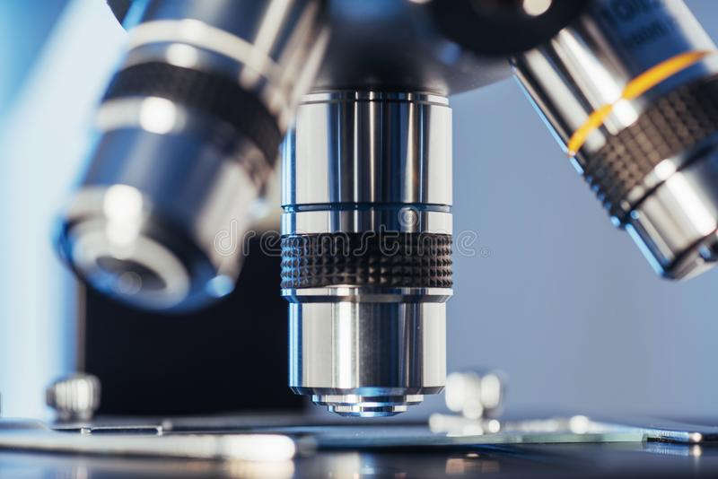 laboratorium, mikroskop dla chemii biologii testa próbek, badania tła, sprzętu medycznego, Naukowego i opieki zdrowotnej, zdjęcie royalty free