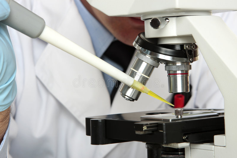 laboratorium som ser mikroskopforskare arkivbild