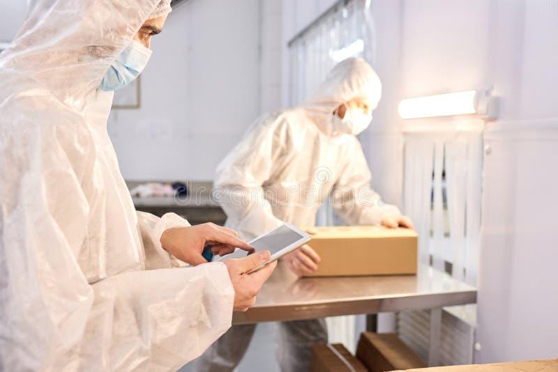 Laboratoriumarbeiders in het Werk omhoog worden verpakt dat royalty-vrije stock fotografie