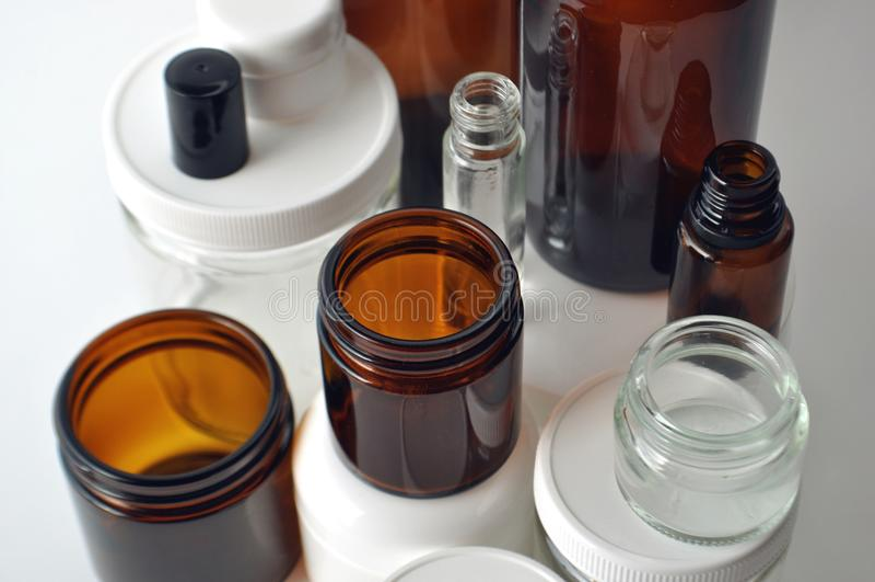 Laboratoriumglasföremål, läkarundersökning och skönhetsmedelkrus och flaskor royaltyfri fotografi