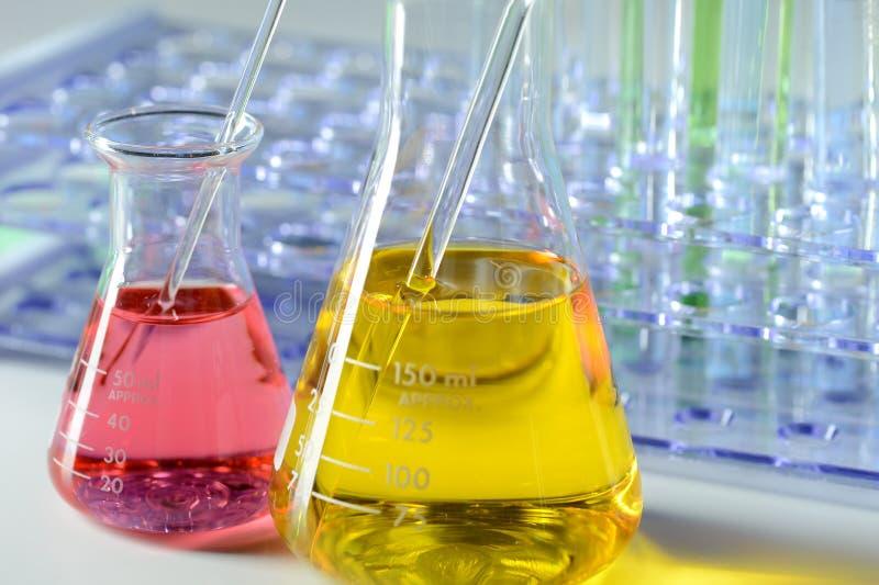 Laboratoriumglaswerk met Kleurenvloeistoffen stock foto