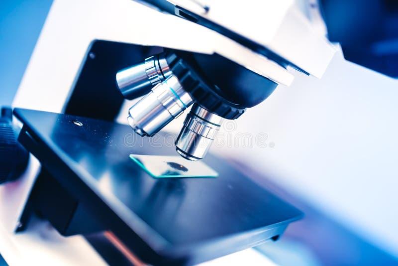 Laboratoriumkemikalieinstrument, mikroskop och prövkopior Vetenskapliga och sjukvårdområden arkivfoto