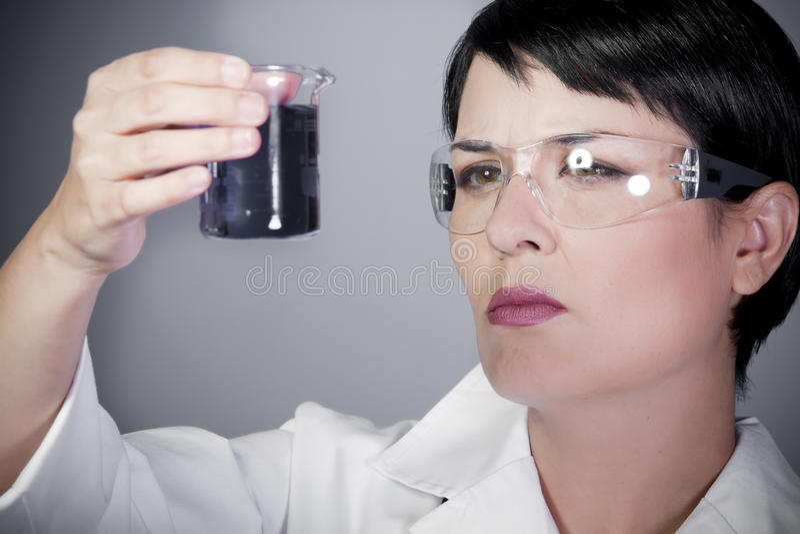 Laboratoriumkvinnlig som är personlig på forskning royaltyfria bilder