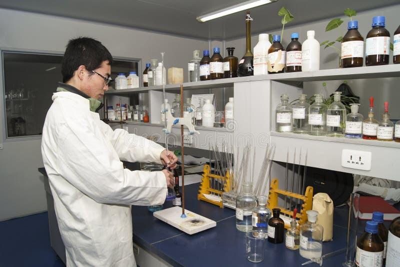 Laboratoriumman och maskin royaltyfri bild