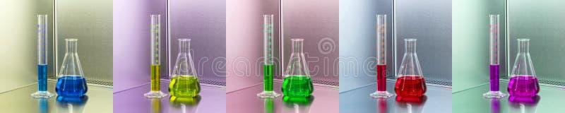 Laboratoriumutrustning - erlenmeyer flaska och mäta cylinder med blå vätska fotografering för bildbyråer