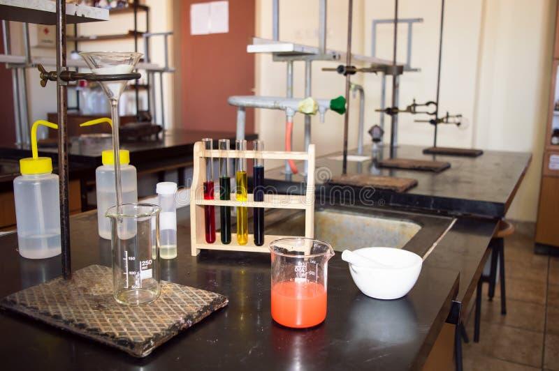 Laborglaswaren mit rotem flüssigem bereiten für Filtration vor stockfotografie