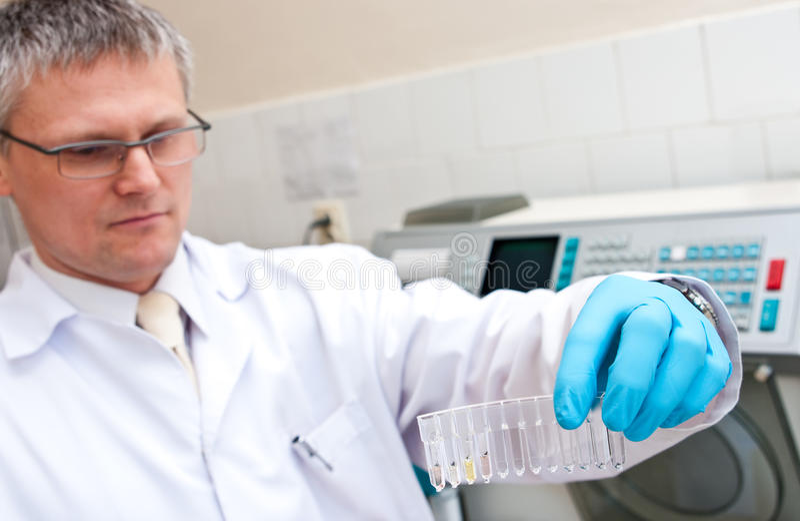 Labormann mit Reagenzgläsern stockfotografie