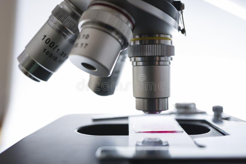 Labormikroskop ausführlich lizenzfreie stockbilder
