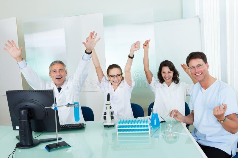 Labortechniker, die Tests durchführen lizenzfreies stockbild
