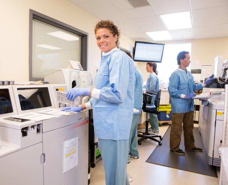 Labortechnologie unter Verwendung des Ersatzchemie-Analysators lizenzfreies stockbild