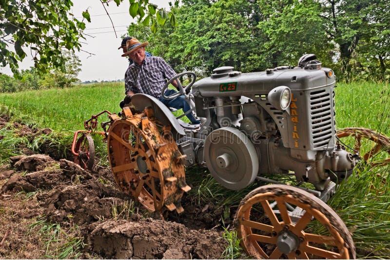Labourage avec un vieux tracteur Landini photographie stock libre de droits