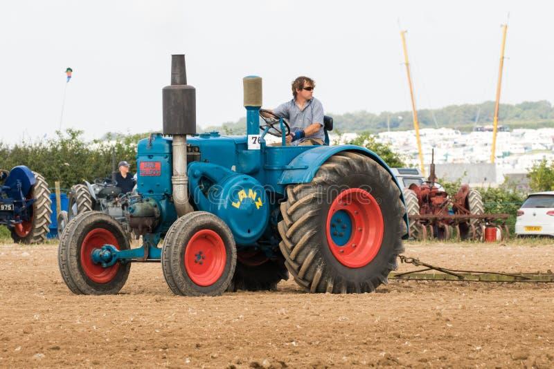 Labourage de tracteur de lanz de vintage images stock