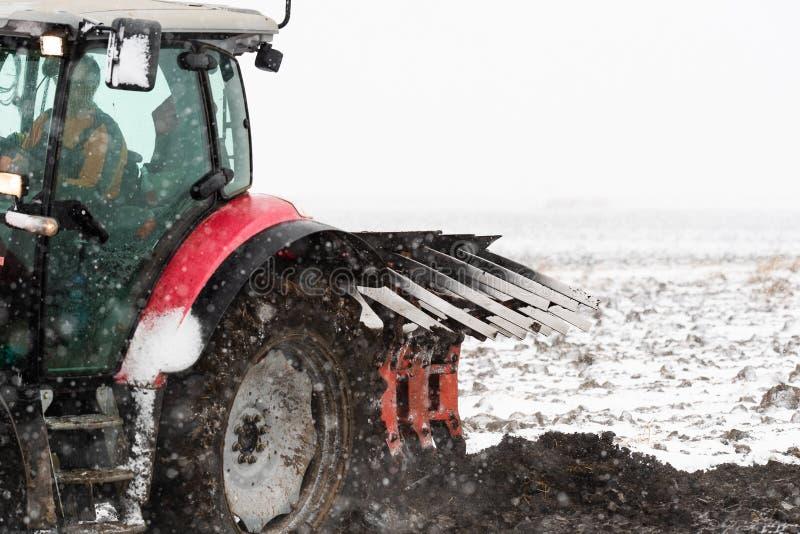 Labourage du gisement de chaume pendant la saison d'hiver images stock