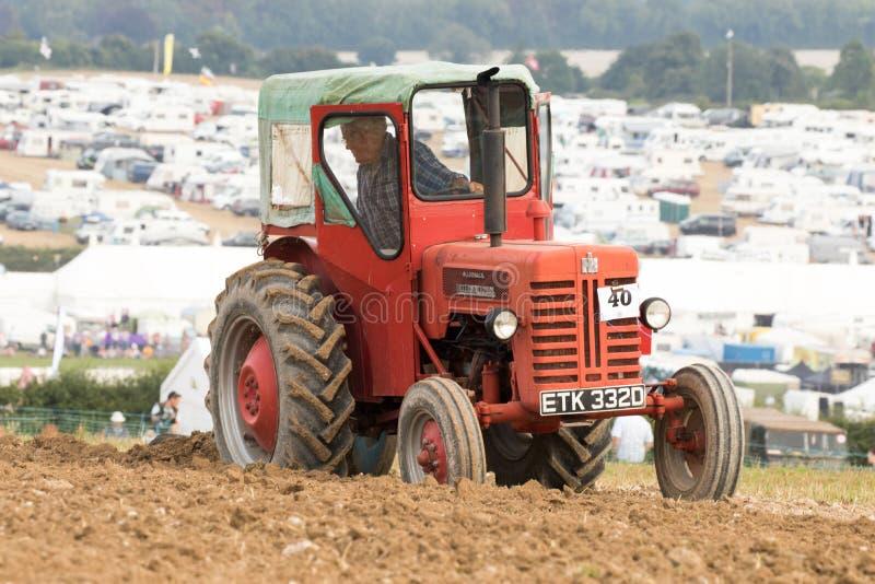 Labourage international de tracteur de McCormick de vintage image libre de droits