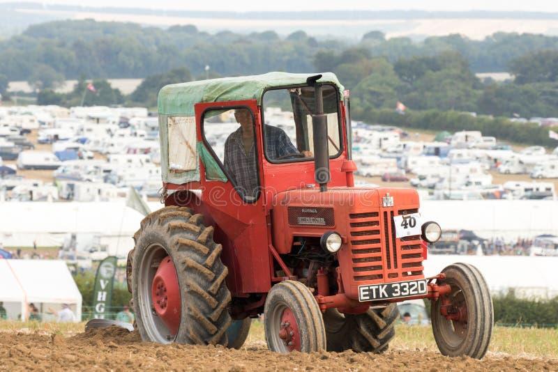 Labourage international de tracteur de McCormick de vintage images libres de droits