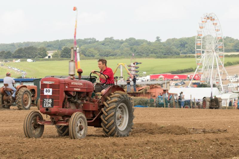 Labourage international de tracteur de McCormick de vintage images stock