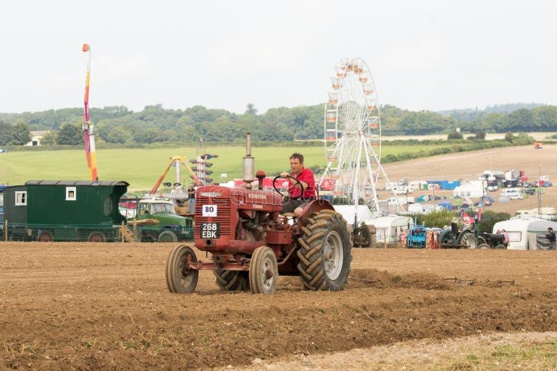 Labourage international de tracteur de McCormick de vintage photo libre de droits