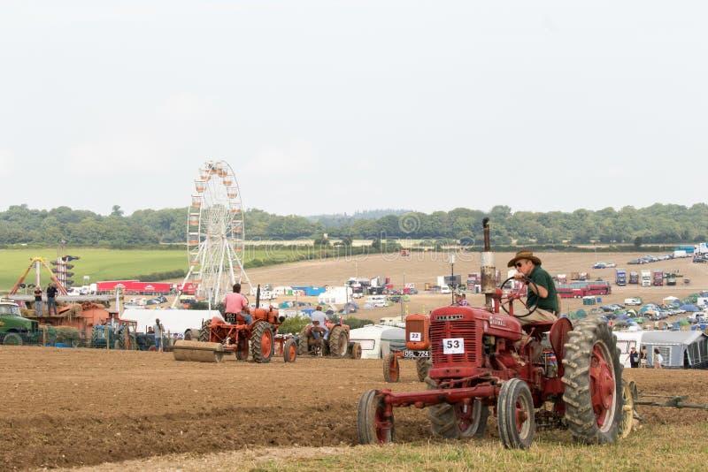 Labourage rouge de tracteur de farmall de vintage photographie stock libre de droits