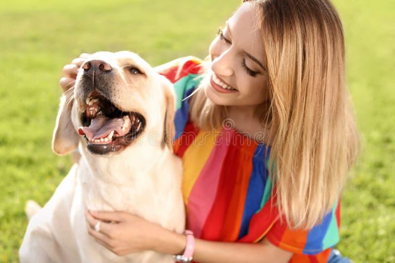 Labrador retriever giallo sveglio con il proprietario immagini stock libere da diritti