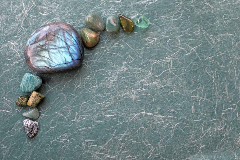 Labradorite da cura e fundo de cristal verde da seleção fotos de stock