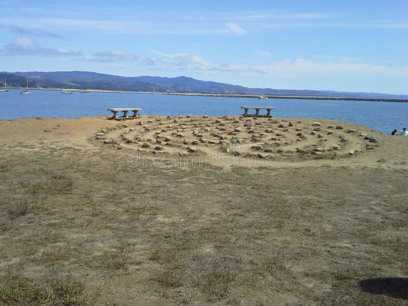 Labyrinth durch das Meer mit Bänke lizenzfreie stockbilder