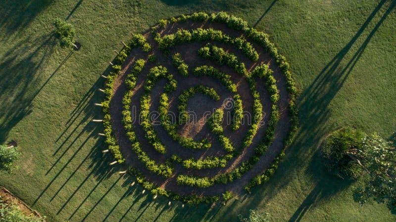 Labyrinth im Park von grünen Feldern lizenzfreies stockbild