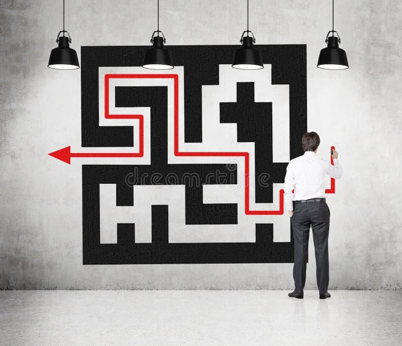 Labyrinthe de dessin d'homme d'affaires image stock
