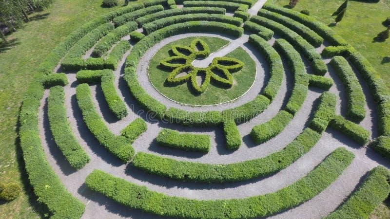Labyrinthe vert un jardin, vue aérienne photos libres de droits