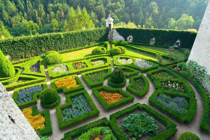 Labyrinttuin in het kasteel van Pieskowa Skala dichtbij Krakau stock afbeeldingen