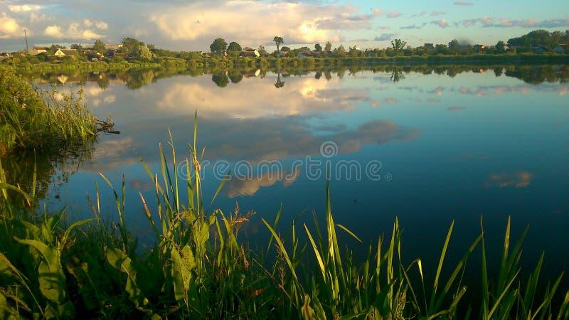 Lac à l'eau bleue propre photos stock