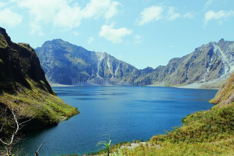 Lac à l'intérieur d'une montagne image stock