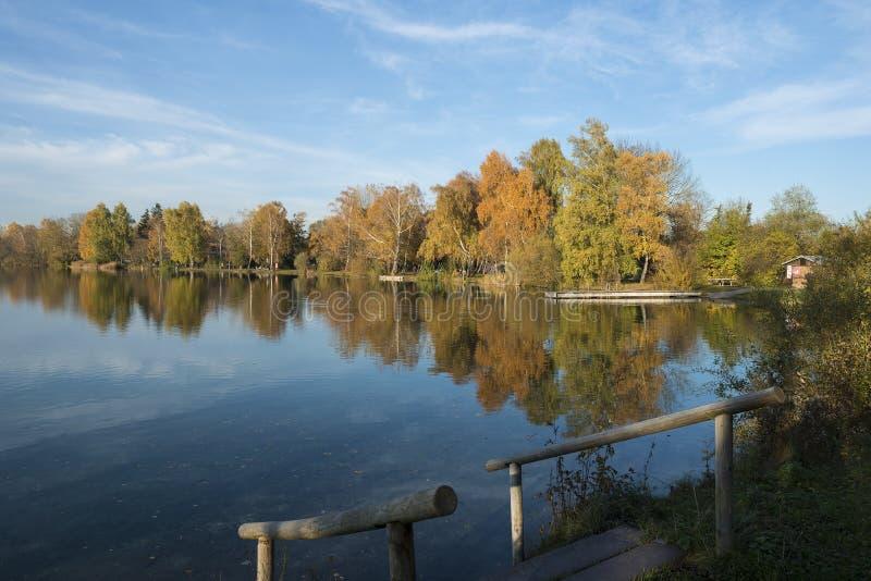Lac à la soirée en automne photographie stock