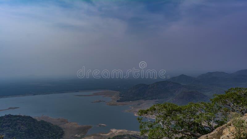 Lac énorme englouti par des collines tout autour en Inde du sud image stock