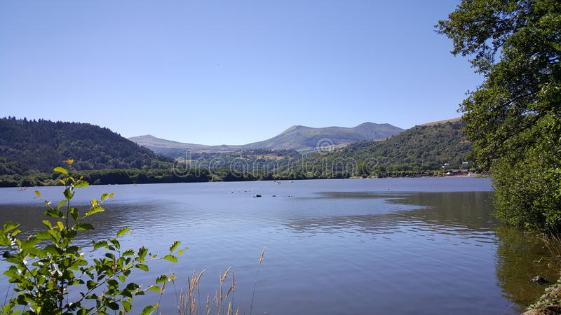 Lac agréable dans l'Auvergne image stock