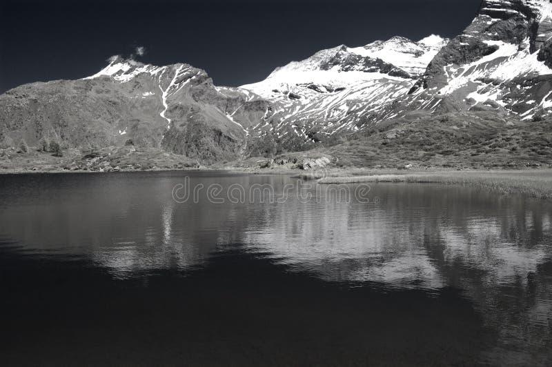Lac alpestre dans le b&w infrarouge photo stock