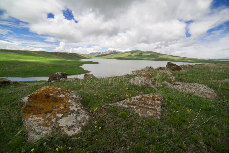 Lac alpin avec des montagnes photographie stock libre de droits