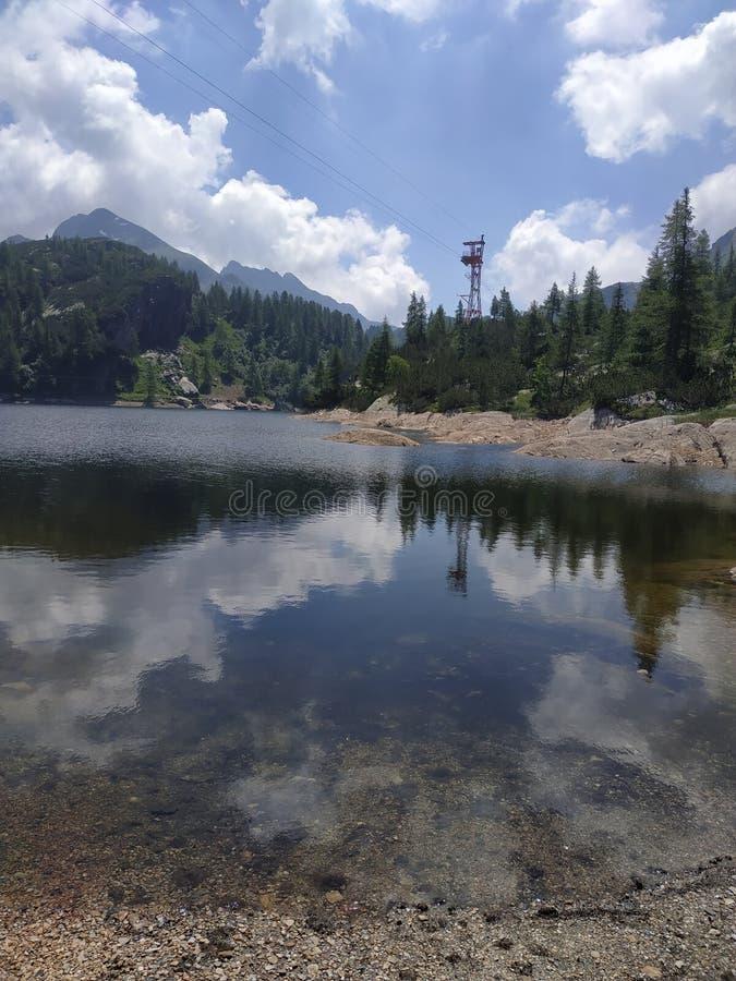 Lac alpin avec l'effet de miroir images stock