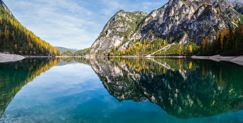 Lac alpin paisible d'automne Braies ou Pragser Wildsee Parc national de Fanes-Sennes-Prags, Tyrol du Sud, Alpes des Dolomites, It photos libres de droits