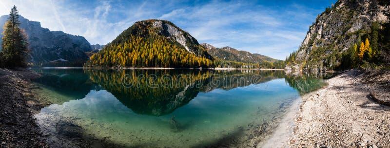 Lac alpin paisible d'automne Braies ou Pragser Wildsee Parc national de Fanes-Sennes-Prags, Tyrol du Sud, Alpes des Dolomites, It images stock