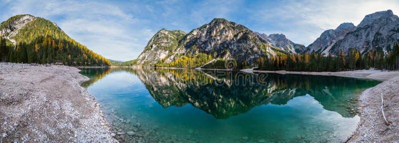 Lac alpin paisible d'automne Braies ou Pragser Wildsee Parc national de Fanes-Sennes-Prags, Tyrol du Sud, Alpes des Dolomites, It images libres de droits