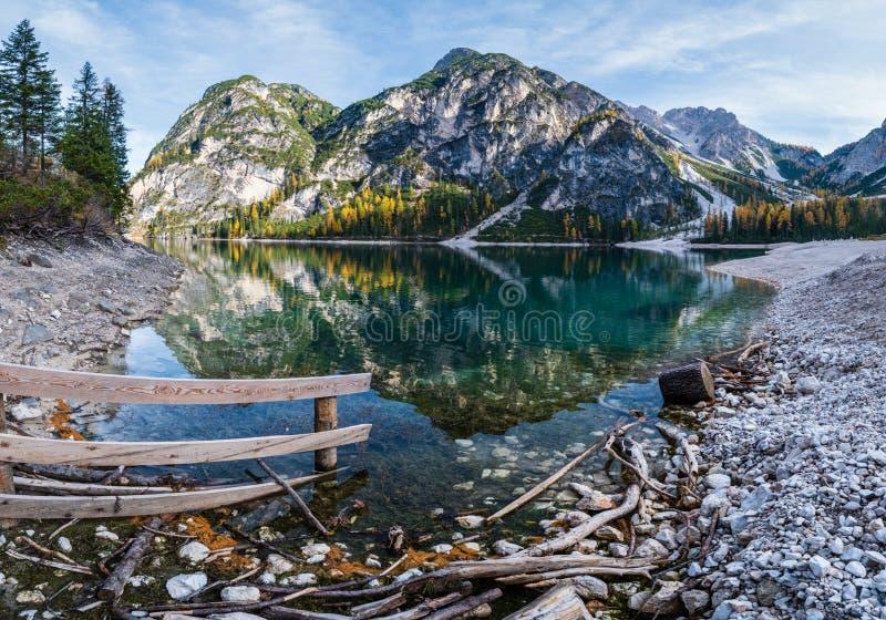 Lac alpin paisible d'automne Braies ou Pragser Wildsee Parc national de Fanes-Sennes-Prags, Tyrol du Sud, Alpes des Dolomites, It photo stock