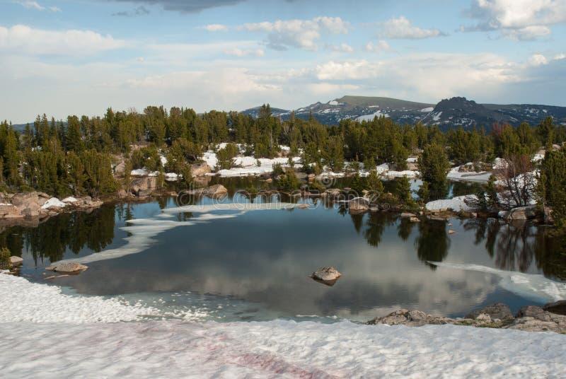 Lac alpin près de passage de Beartooth, Wyoming, Etats-Unis image stock